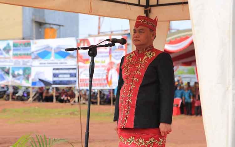 Sekda Kotim, Halikinnor memimpin upacara peringatan HUT Kotim tahun 2020 di Parenggean.