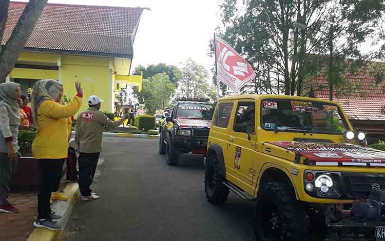 Bupati Kobar Hj Nurhidayah melepas rombongan off road dalam rangka Explore Kobar wilayah utara, Jumat, 17 Januari 2020.