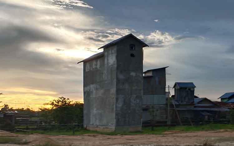 Bangunan sarang burung walet di tepian Sungai Jelai Sukamara.