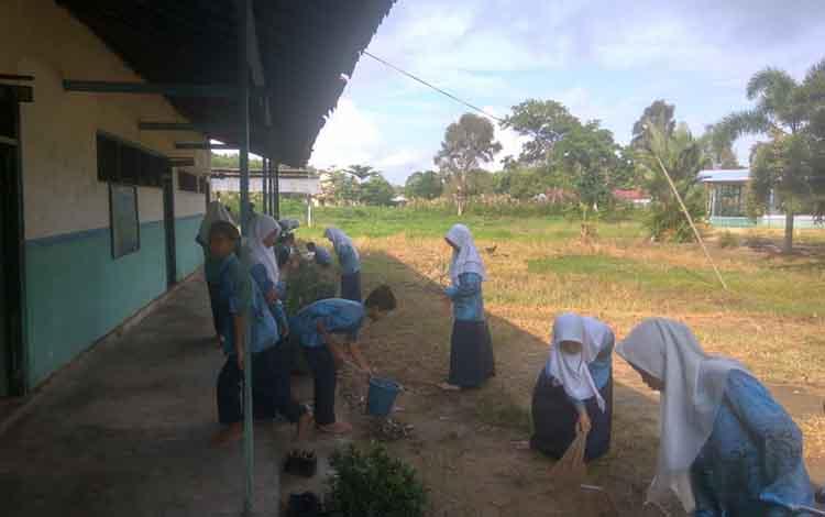 Pelajar Mts Hidayatullah Catur Gotong Royong Bersihkan Lingkungan Sekolah
