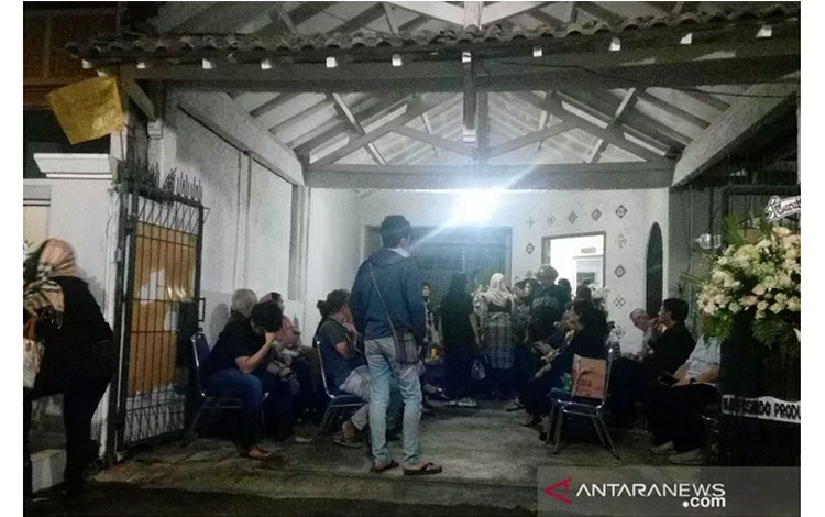 Suasana rumah duka Ade Irawan di Lebak Bulus, Jakarta, Jumat (17/1/2020). (ANTARA/Yogi Rachman)