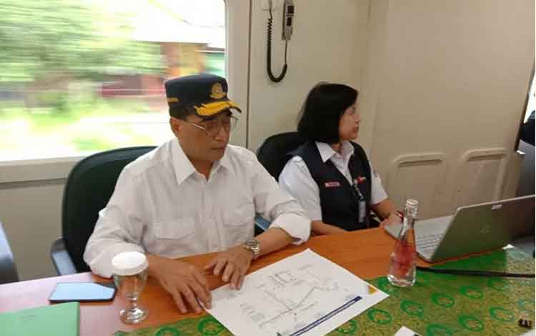 Menhub Budi Karya memimpin rapat dalam kereta api inspeksi. (Afut Syafril)