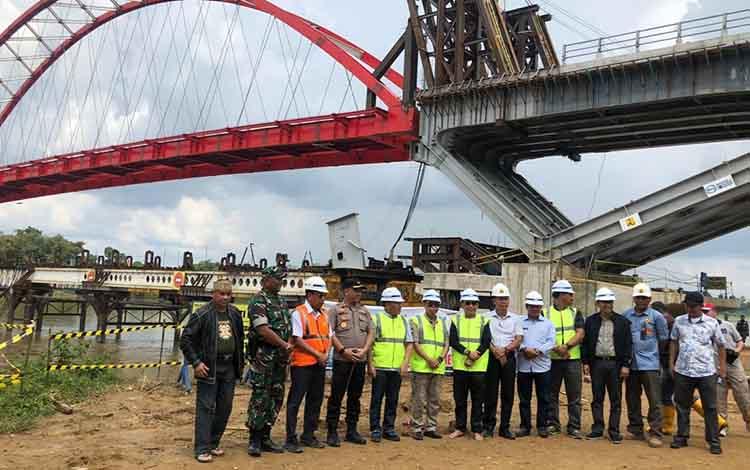 Gubernur Kalteng Sugianto Sabran, melakukan kunjungan kerja Jembatan Tumbang Samba, Sabtu, 18 Januari 2020.