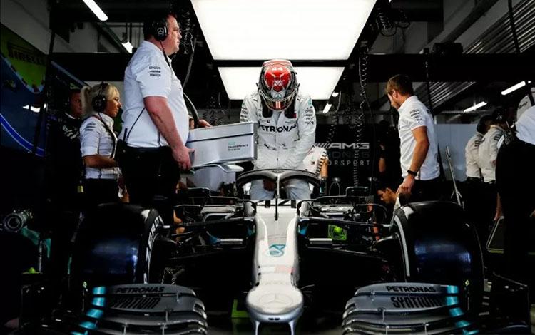 Lewis Hamilton di garasi tim Mercedes ketika sesi latihan Grand Prix Rusia, Autodrom Sochi (27/9/2019) Reuters/Maxim Shemetov