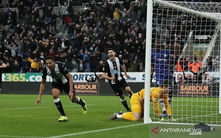 Reaksi gelandang Newcastle United Isaac Hayden (kiri) menyaksikan bola sundulannya bersarang ke gawang Chelsea pada pengujung laga lanjutan Liga Inggris di Stadion St. James\' Park, Newcastle, Inggris, Sabtu (18/1/20202) waktu setempat. (ANTARA/REUTERS/Lee
