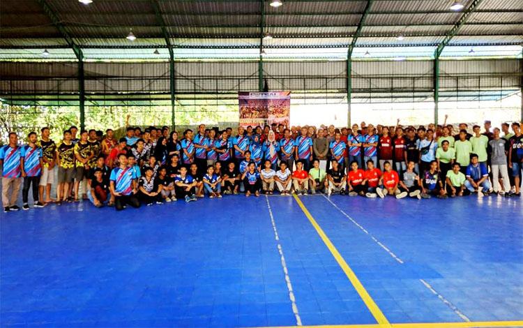 Ketua Asosiasi Futsal Kabupaten Barito Utara, Henny Risgiaty Rusli berfoto bersama peserta usai pembukaan Futsal Open Turnamen 2020