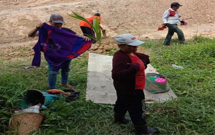 Warga yang mengaku sebagian tanahnya terkena dampak pembangunan proyek jalan Jembatan Tumbang Samba menunjukan tanah mereka