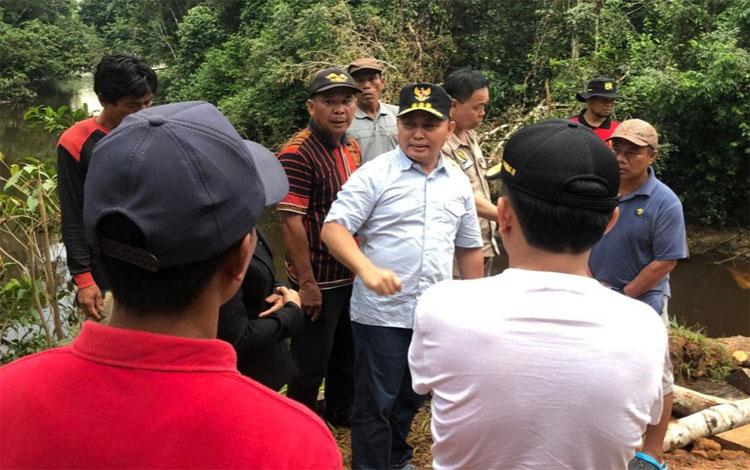 Gubernur Kalteng Sugianto Sabran, bersama Bupati Katingan Sakariyas, mengecek jalan di wilayah Tumbang Samba-Tumbang Senaman, Minggu 19 Januati 2020