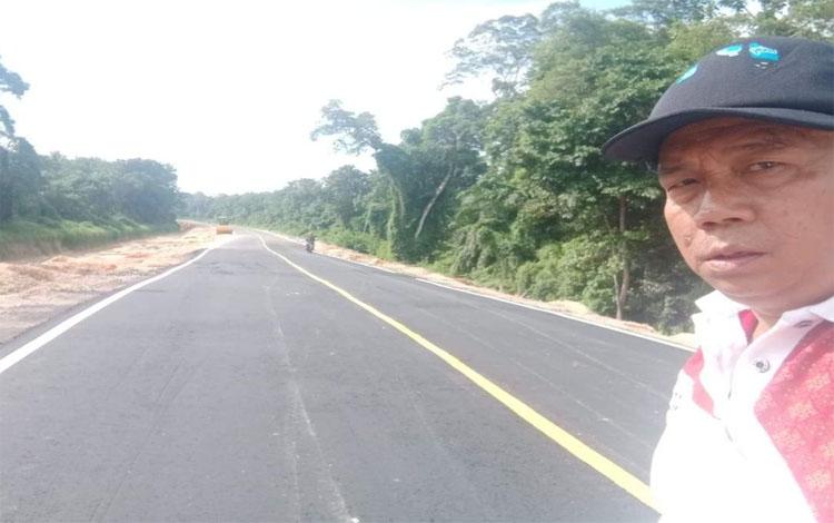 Warga Katingan Tengah, Kobota menunjukan lahan mereka yang terkena proyek pembangunan jalan menuju Jembatan Tumbang Samba