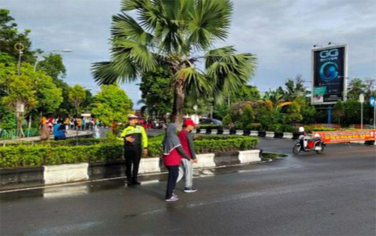 Personel Satlantas Polres Kapuas rutin melakukan pengamanan kegiatan Car Free Day di kawasan Stadion Panunjung Tarung Kuala Kapuas pada Minggu pagi
