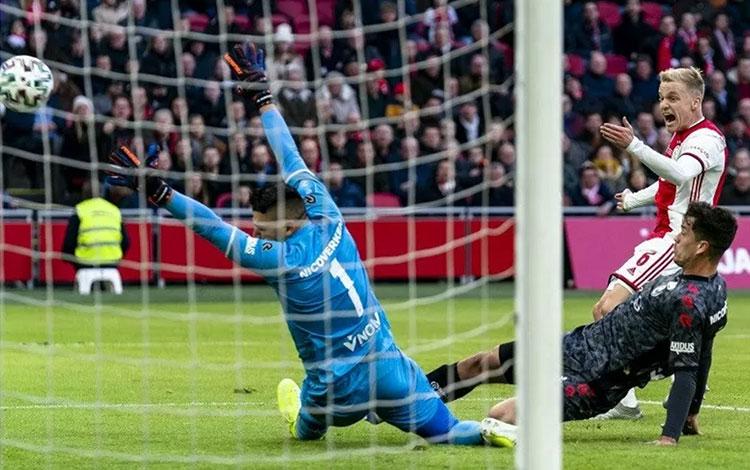 Gelandang Ajax Donny van de Beek (kanan atas) mencetak gol ke gawang Sparta Rotterdam dalam laga lan