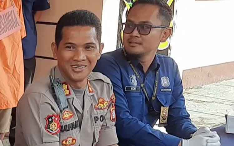 Kapolres Bartim AKBP Zulham Effendy didampingi Kasat reskrim Iptu Ecky Widi Prawira.