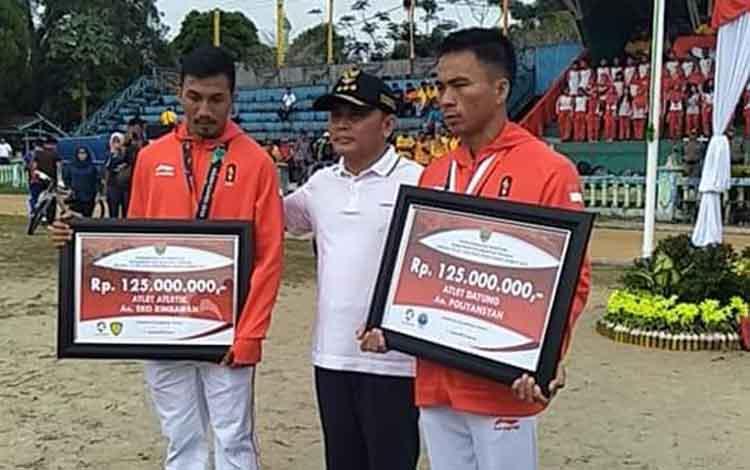 Gubernur Sugianto Sabran saat memberikan penghargaan terhadap dua atlet asal Kalteng beberapa waktu lalu.