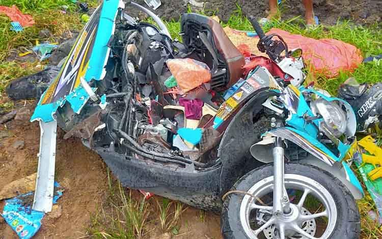 Motor pasutri yang tewas menjadi korban laka lantas, akibat tertimpa truk dump terbalik di Jalan HM Arsyad, Senin, 20 Januari 2020.
