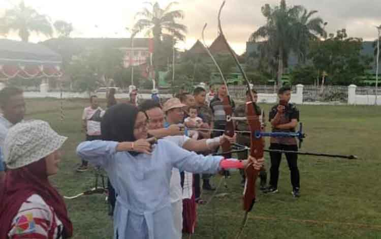 Gubernur Kalteng Sugianto Sabran bersama Istri saat berolahraga bersama para atlet panahan di Istana Isen Mulang beberapa waktu lalu.