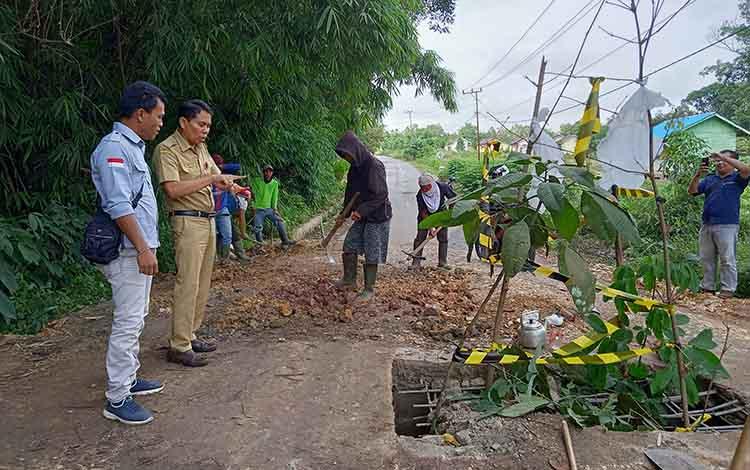 Kepala Dinas Pekerjaan Umum dan Penataan Ruang kabupaten Barito Timur Yumail J Paladuk, saat mengecek jalan jembatan yang rusak