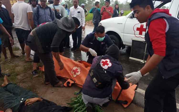 Sejumlah anggota PMI Kotim saat mengevakuasi 2 korban laka lantas tewas di Jalan HM Arsyad, Senin, 20 Januari 2020.