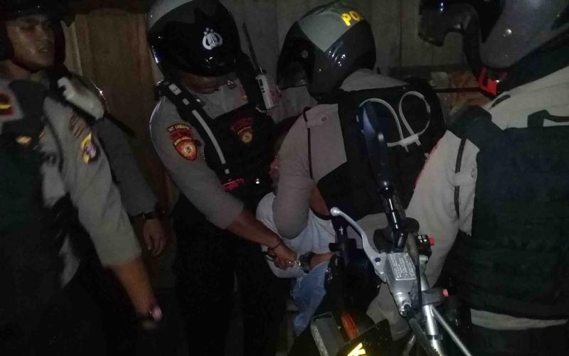 Petugas mengamankan pemuda yang kedapatan membawa sajam dan miras.