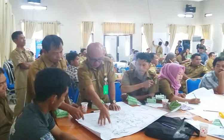 Kepala Desa yang baru dilantik dan lima orang tim Pokja mengikuti pelatihan aparatur desa dalam rangka penyusunan RPJMDes di Aula BappedaLitbang, Selasa, 21 Januari 2020.