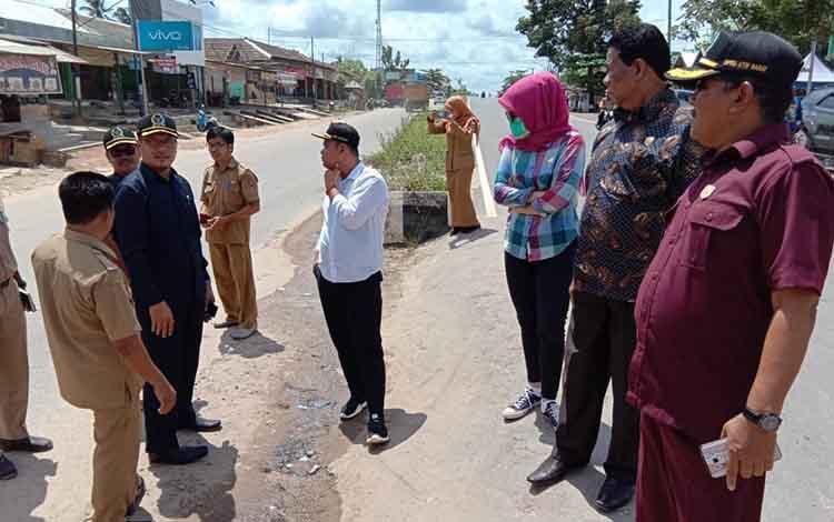 Sering terjadi laka, anggota Komisi C DPRD Kobar monitoring jalan Trans Kalimantan, di depan Pasar Karang Mulya, Kecamatan Pangkalan Banteng.