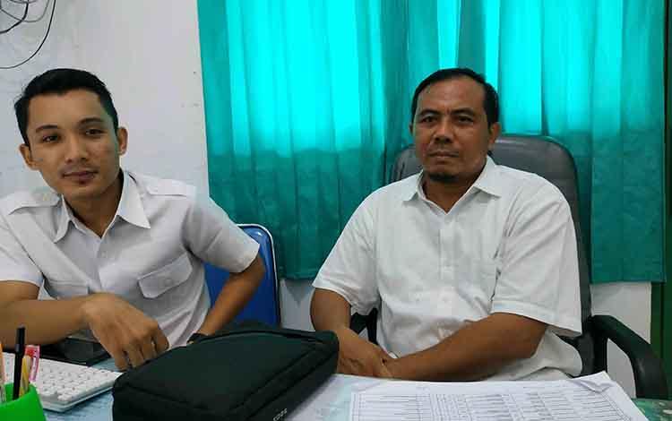 dr Ali Wardana,Sp.KJ di didampingi salah satu staf di Poli Psikiatri RSUD Kuala Pembuanh