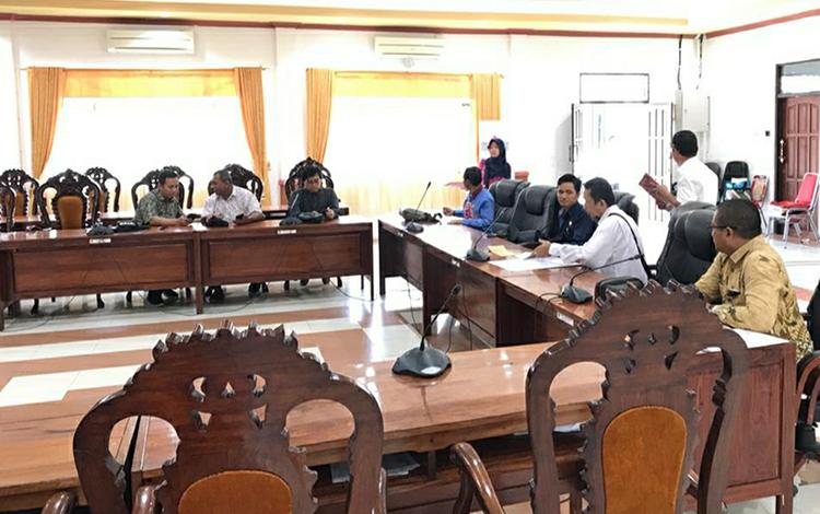 Suasana saat Sekretariat DPRD Kapuas menerima kunjungan kerja dari DPRD Kota Banjarbaru di ruang rapat gabungan pada Rabu, 22 Januari 2020.