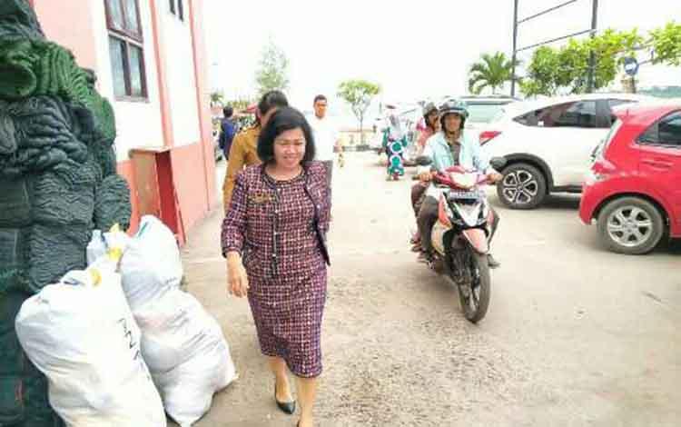 Ketua DPRD Kotim Rinie A Gagah saat sidak di pelabuhan Sampit.