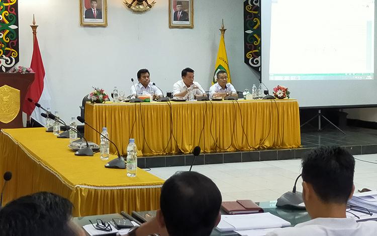 Rapat tahapan Pilkades Kotim. Kepala DPMDes Kotim Hawianan meminta kepada seluruh panitia Pilkades agar meneliti data daftar pemilih, Rabu, 22 Januari 2020.