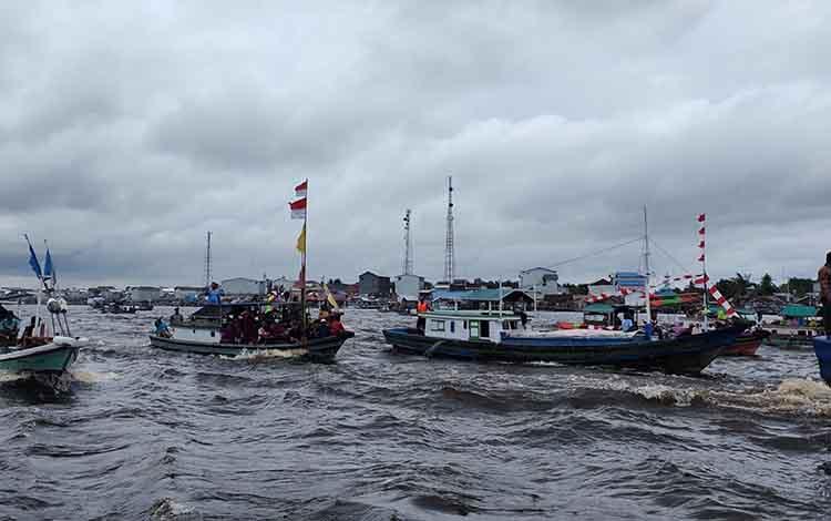 Kapal nayan di Kecamatan Jelai, Kabupaten Sukamara saat mengikuti perayaan syukuran laut.