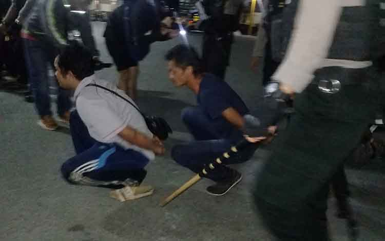 Para remaja dikenakan sanksi jalan jongkok setelah kepergok aparat kepolisian.
