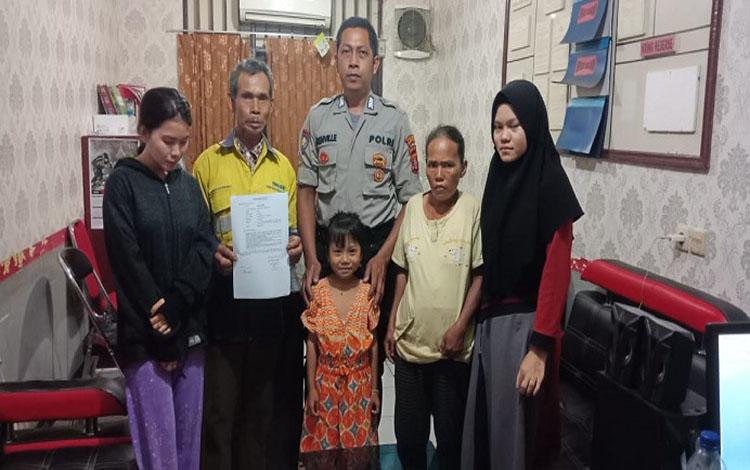 Anggota Polsek Murung menyerahkan kembali bocah yang hilang dan diisukan diculik melalui media sosial, 22 Januari 2020