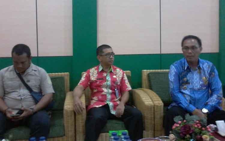 Wakil Bupati Katingan Sunardi Litang (kanan) saat menyampaikan keterangan pers.