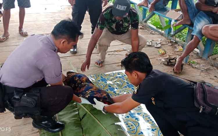 Sosok jasad bayi tak bernyawa yang ditemukan warga mengapung di Sungai Seruyan, Desa Durian Kait, Kecamatan Batu Ampar/