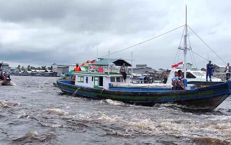 Kapal nelayan di Kecamatan Jelai saat mengikuti prosesi tabur bunga dalam Syukuran Laut ke 14 di muara Sungai Jelai, Kamis, 23 Januari 2020.