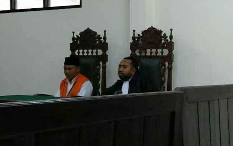 Suryadi terdakwa kasus barkotika saat jalani sidang didampingi penasihat hukumnya.