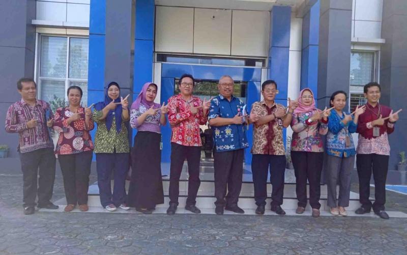 Kepala Dinas Pertanian Barito Timur bersama Kepala BPS dan jajaran.