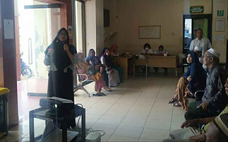 Suasana saat Tim PKRS RSUD Kapuas melakulan penyuluhan tentang penyakit DBD di ruang tunggu poliklinik rawat jalan pada Kamis, 23 Januari 2020