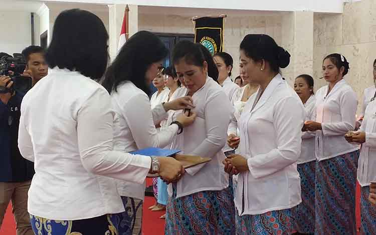 Ketua DPD PWKI Kalimantan Tengah, Ary Egahni S Bahat saat melantik kepengurusa PWKI Sukamara.