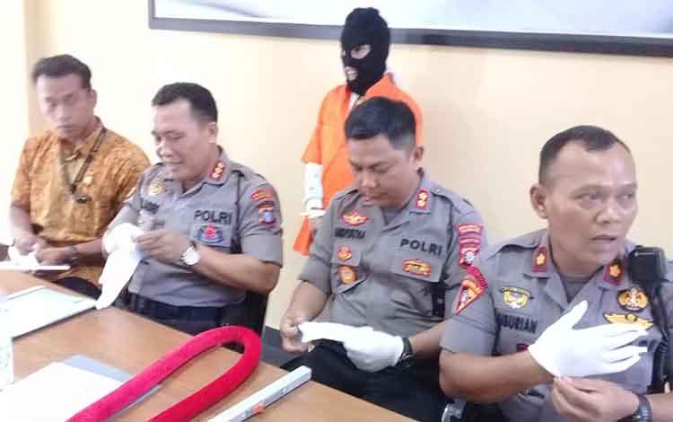 Kapolresta Kombes Dwi Tunggal Jaladri saat menggelar press rilis kasus pengancaman di Mapolresta setempat, Jumat 24 Januari 2020.