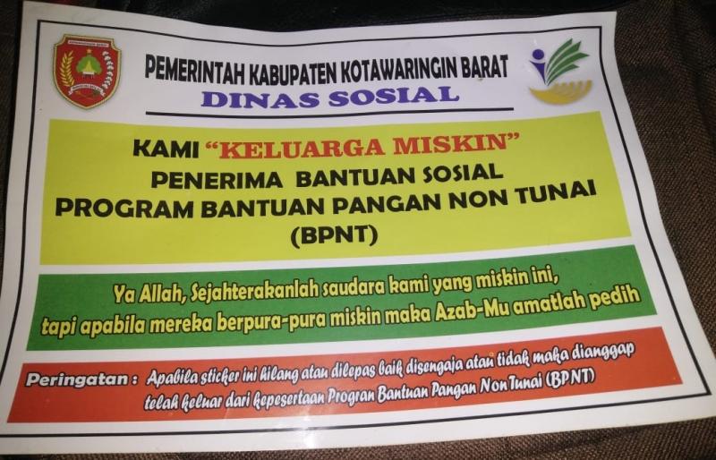 Pemasangan stiker ke rumah warga peserta BPNTdari program keluarga harapanmengundang pro dan kontra di masyarakat.