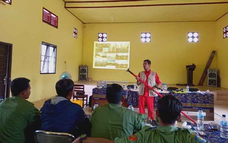 BPBD Kobar mulai memberikan pelatihan dasar penanganan Karhutla ke Linmas Desa Sungai Bedaun, Kumai.