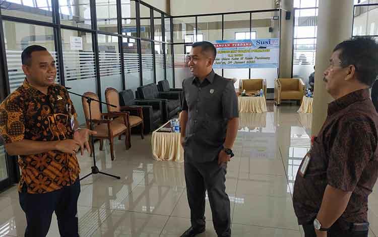 Ketua DPRD Seruyan Zuli Eko Prasetyo berbincang dengan kepala bandara dan Kadis Perhubungan Seruyan