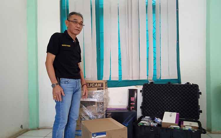 Kepala Disdukcapil Kabupaten Barito Timur Nakaria F Pundeh, ketika memeriksa alat perekaman KTP-El bantuan Pemerintah Provinsi