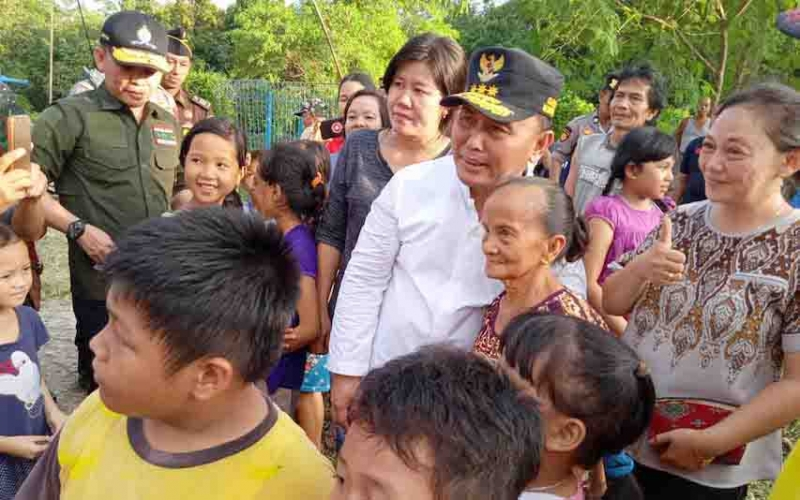 Gubernur Kalimantan Tengah, Sugianto Sabran bercengkerama dengan warga Desa Jaweten, Kecamatan Dusun Timur, Kabupaten Barito Timur. Jumat, 24 Januari 2020.