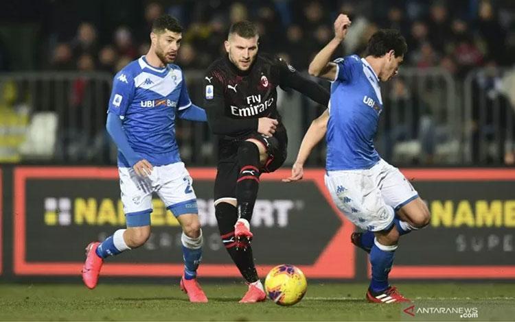 Penyerang AC Milan Ante Rebic (tengah) berduel berebut bola dengan dua bek Brescia Stefano Sabelli (