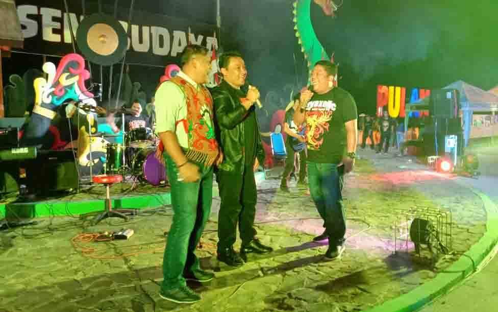 Bupati Pulang Pisau, Edy Pratowo (tengah) dalam sebuah kegiatan kesenian dan budaya.