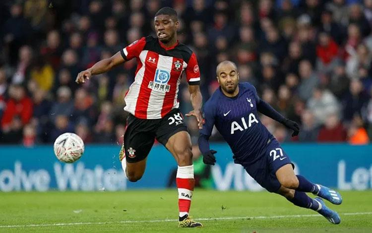 Penyerang sayap Tottenham Hotspur Lucas Moura (kanan) berjibaku dengan bek Southampton Kevin Danso dalam laga putaran keempat Piala FA di Stadion St. Marys, Southampton, Inggris, Sabtu (25/1/2020). (ANTARA/REUTERS/Peter Nicholls)