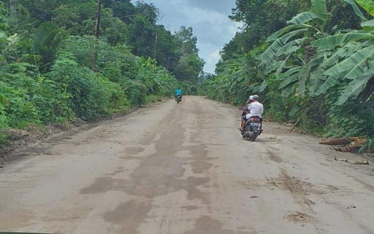 Jalan antara kantor Kecamatan Kamipang menuju Desa Baun Bango sepanjang 4 Km ditingkatkan oleh pihak perusahaan kelapa sawit