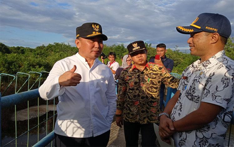 Gubernur Kalteng, Sugianto Sabran meninjau Embung Sirau