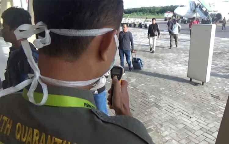 Petugas KKP Kelas III Sampit saat periksa penumpang pesawat yang turun guna mengantisipasi penyebaran virus corona, Minggu, 26 Januari 2020